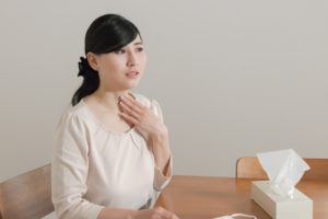 喉が痛い女性 乾燥